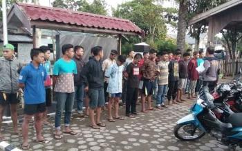 Puluhan ABG yang ditangkap karena melakukan aksi balap liar, di Jalan Tijilik Riwut, Kecamatan Kota Besi, Kotawaringin Timur, Rabu (29/6/2016). BORNEONEWS/M. HAMIM
