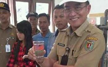 Kepala BLH Kabupaten Katingan Hap Baperdo menunjukan produksi air bersih dari sistem infiltrasi di Desa Tumbang Kalemei Kecamatan Katingan Tengah, Selasa (28/6/2016). BORNEONEWS/ABDUL GOFUR).