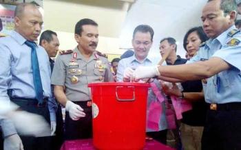 Pemusnahan sabu 1,50 kilogram di Polda Kalimantan Tengah, Palangka Raya, Rabu (29/6/2016). Ini komitmen bersama memberantas peredaran narkoba di Kalimantan Tengah. BORNEONEWS/BUDI YULIANTO