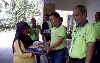 Berbagi Kebahagiaan PT SSMS Tbk Salurkan Paket Sembako untuk Pasukan Kuning