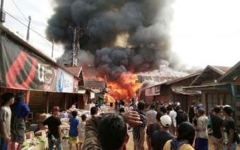 Ratusan warga yang berada di sekitar Pasar Tumbang Sangai, Kecamatan Telaga Antang berhamburan keluar, saat melihat api membakar sejumlah ruko yang ada di tempat itu. BORNEONEWS/HAMIM