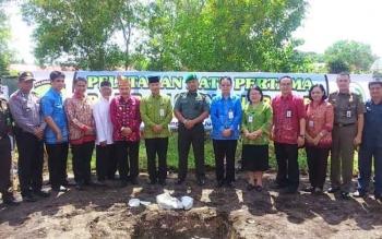 Walikota dan unsur FKPD yang menghadiri peletakan batu pertama RSUD Kalampangan foto bersama usai kegiatan. BORNEONEWS/ROZIKIN