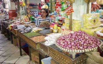 Seorang pedagang kebutuhan pokok di Pasar PPM Sampit, Sementara itu, naiknya bahan pangan termasuk bumbu dapur mengakibatkan sejumlah warung di Pulang Pisau sepi pembeli