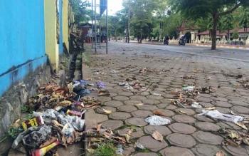 Sampah Berserakan di Pinggir Jalan Depan Stadion Sampuraga Lama