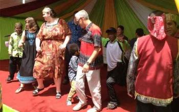 Pernikahan Adat Dayak anak Profesor Birute Galdikas, di Desa Pasir Panjang, Kecamatan Arut Selatan, Kabupaten Kotawaringin Barat, dihadiri 50 turis mancanegera. BORNEONEWS/KOKO SULISTYO