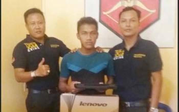 Hadianor, pencuri rumah kosong (tengah) diapit anggota Polsek Karau Kuala. BORNEONEWS/LAILY MANSYUR