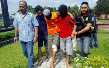Direktur Reserse Narkoba Polda Kalimantan Tengah Kombes Pol Akhmad Shaury (kiri) ketika menggiring tersangka Sumantri yang ditembak, Minggu (24/7/2016). BORNEONEWS/BUDI YULIANTO