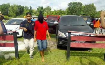 Tri Sutrisno, 28, tidak bisa lagi berkutik. Honorer Dinas Pariwisata Kalimantan Tengah ini mendekam dijeruji besi lantaran terlibat sebagai pengedar sabu. BORNEONEWS/BUDI YULIANTO