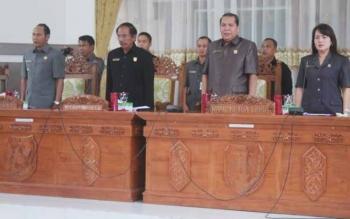 Ketua DPRD Gunung Mas Gumer (dua dari kiri) memimpin rapat paripurna DPRD Gunung Mas belum lama ini. BORNEONEWS/EPRA SENTOSA