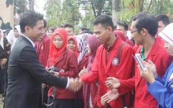 Bupati Kotawaringin Timur meenyalami mahasiswa salah satu perguruan tinggi di Sampit, beberapa waktu lalu BORNEONEWS/RAFIUDIN