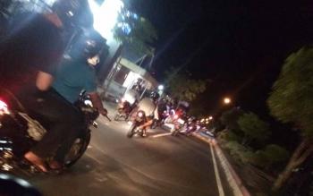 Segerombolan remaja pengendara sepeda dua melakukan konvoi di sepanjang jalan protokol di kota Pangkalan Bun, Minggu (23/7/2016) malam. Aksi mereka menganggu sejumlah warga dan pengendara bermotor lainnya. BORNEONEWS/CECEP HERDI