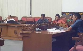 Baleg DPRD Kotim mengebut pembahasan Raperda tentang Pilkades hingga larut malam. Setelah pembahasan yang cukup alot, akhirnya Raperda tentang Pilkades itu berhasil dituntaskan pada Minggu (24/7/2016) dini hari.