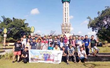 Sejumlah pecinta game Pokemon Go yang tergabung dalam komunitas Pokemon Go Sampit Comunity sedang berkumpul dan sekitar area Taman Kota Sampit, untuk bermain game tersebut, Minggu (24/7/2016). BORNEONEWS/HAMIM
