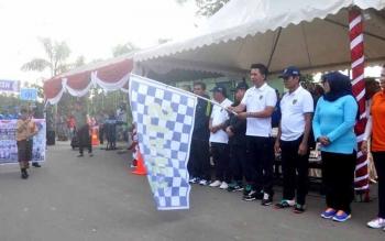 Bupati Barito Utara Nadalsyah mengibarkan bendera start saat melepas peserta Batara Carnaval 2016. BORNEONEWS/AGUS SIDIK