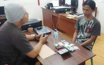 Muhammad Heriyansyah, alias Iyan, 28, warga Jalan Kolam Pipit RT 13 Muara Teweh beserta barang bukti (barbuk) diamankan di Mapolres setempat, Sabtu (23/7). BORNEONEWS/RAMADANI