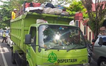 Sebuah truk pengangkut sampah melintas di Jalan A Yani Sampit. Masih rendahnya artisipasi masyarakat dalam menciptakan lingkungan yang bersih dan sehat jadi faktor utama kembali gagalnya Kota Sampit meraih Adipura 2016. BORNEONEWS/RIFQI