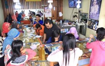 Sejumlah warga sedang antri untuk menjual emasnya di salah satu toko emas yang berada di Pusat Perbelanjaan Mentaya (PPM) Sampit, beberapa waktu lalu. BORNEONEWS/M.HAMIM
