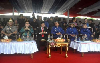 Gubernur Kalimantan Tengah H Sugianto Sabran didampingi Bupati Barito Utara H Nadalsyah, Wakil Bupati Drs Ompie Herby,. BORNEONEWS/AGUS SIDIK