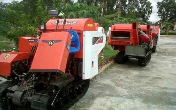 ementerian Pertanian memberikan bantuan kepada kelompok tani di Kabupaten Pulang Pisau berupa lima unit mesin panen padi. BORNEONEWS/JAMES DONNY