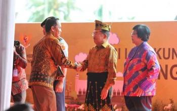 Bambang Purwanto pada saat menerima piala adipura dari Wakil Presiden jusuf kalla. ISTIMEWA