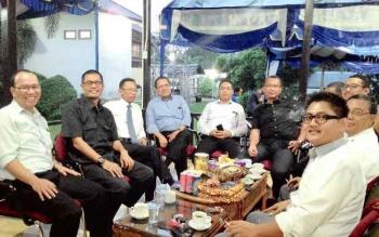 Muhamad Nur (empat dari kiri), Kepala Perwakilan Bank Indonesia Provinsi Kalteng menjamu para tamu yang hadir dalam Halal bi Halal yang digelar di kediamannya, Senin (25/7/2016). BORNEONEWS/TESTI PRISCILLA