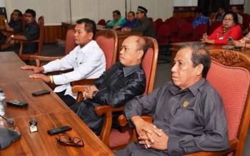Anggota Komisi IV DPRD Kotim dari Fraksi PDI Perjuangan Agus Seruyantara (dua dari kanan) saat mengikuti rapat paripurna DPRD Kotim, beberapa waktu lalu. BORNEONEWS/M.RIFQI