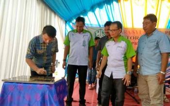 CEO PT Citra Borneo Indah (CBI) Rimbun Situmorang menandatangani batu prasasti saat peresmian kantor cabang baru BPR Lingga Sejahtera di PKS Melata.