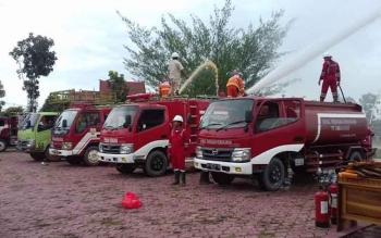 Ilustrasi: Pemadam Kebakaran Sukamara menyemprotkan air saat memperingati Hari Kebakaran Hutan dan Lahan (Karhutla) 2016. Kapolsek Permata Kecubung, Iptu Lajun SR Sianturi, Senin (26/9/2016), berharap masyarakat tak membakar lahan. BORNEONEWS/NORHASANAH
