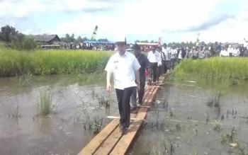 Bupati Kapuas Ben Brahim S Bahat beserta SKPD dan unsur Tripika menuju lokasi pembangunan SD Dusun Sambas senilai Rp300 juta lebih dari APBD Kapuas Dinas Pendidikan Kabupaten Kapuas. BORNEONEWS/DJEMMY NAPOLEON