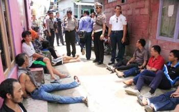 Sejumlah terduga pengedar narkoba sedang dikumpulkan jadi satu di sebuah jalan yang menjadi salah satu kampung narkoba yang ada di Kota Sampit, beberapa waktu lalu. BORNEONEWS/HAMIM
