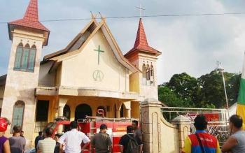 Mobil pemadam kebakaran saat berusaha memadamkan kebakaran di Gereja Riwut Asi Kasongan, Rabu (27/7) sekitar pukul 15.30 Wib. BORNEONEWS/ABDUL GOFUR
