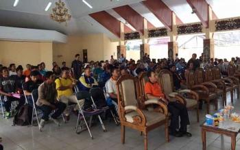 Puluhan peserta dari perusahaan dan masyarakat mengikuti sosialisasi pencegahan dan penanggulangan karhutla yang digelar Pemkab Kobar di aula Antakusuma, Rabu (27/7/2016). BORNEONEWS/CECEP HERDI