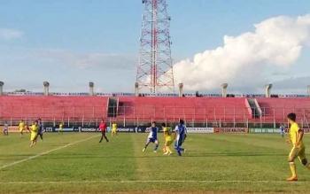 Laga Yahukimo FC (biru) melawan Celebest FC Palu (kuning) di Stadion Tuah Pahoe Palangka Raya, Rabu (27/7/2016). BORNEONEWS/RONI SAHALA