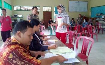 SPG sedang menjalani sidang Tipiring di kantor Kelurahan Menteng, Kamis (28/7/2016). Gara-gara menjual rokok di kawasan bebas berokok, SPG itu didenda Rp100 ribu. BORNEONEWS/BUDI YULIANTO