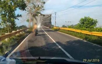 Seorang warga Komplek Pata Kasongan yang tengah asyik mengendarai sepeda motor dengan telanjang bulat di Jembatan Kasongan, Jumat (29/7/2016 BORNEONEWS/ABDUL GOFUR