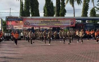 Polres Barito Utara menggelar olahraga bersama pihak Kejaksaan Negeri Muara Teweh dan instansi terkait lainnya, Jumat (29/7/2016). Kegiatan tersebut dalam rangka memperingati Program Kerja 100 hari Kapolri. BORNEONEWS/RAMADANI