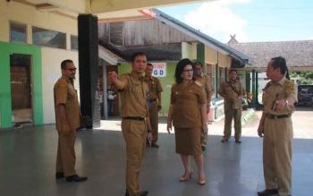 Wakil Bupati Barito Selatan Satya Titiek Atyani Djoedir didampingi Direktur RSUD Buntok saat melihat kondisi RS setempat. BORNEONEWS/LAILY MANSYUR