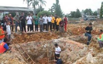 Bupati Barito Utara Nadalsyah melakukan peletakan batu pertama pembangunan rumah jabatan bupati , Jumat (29/7/2016). BORNEONEWS/RAMADANI