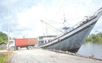 Salah satu kapal pengangkut kebutuhan pokok sedang melakukan bongkar muat di Pelabuhan Syahbandar Sukamara. DOK. BORNEONEWS