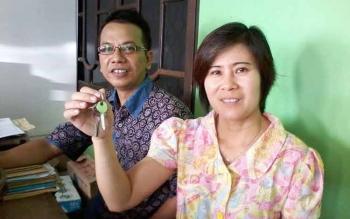 Yosiana Debora dan Penasehat Hukum Parlin, di Palangka Raya, Kamis (28/7/2016), saat memperlihatkan kunci rumah yang diserahkan oleh Yansen Satria Jaya. BORNEONEWS/PPOST/DARLAN