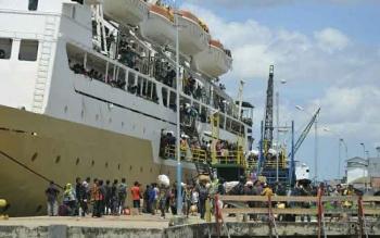 BERANGKAT - Ratusan penumpang kapal bersiap naik ke atas kapal yang berlabuh di Pelabuhan Panglima Utar, Kumai.BORNEONEWS/FAHRUDDIN FITRIYA