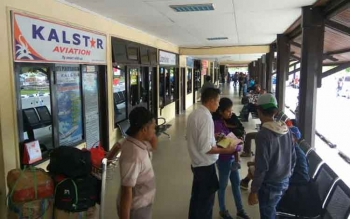 Calon penumpang tengah menunggu kepastian keberangkatan maskapai, di Bandara Iskandar Pangkalan Bun, Senin (8/8/2016). Tiga pesawat delay akibat kabut asap. BORNEONEWS/FAHRUDDIN FITRIYA