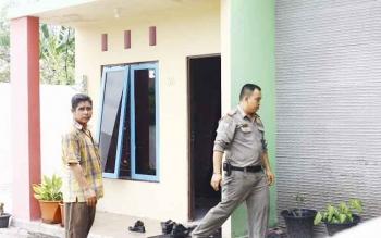 Digerebek. warga bersama anggota Satpol PP Kota Palangka Raya, menggerebek sebuah rumah di Jalan Rajawali VI, yang didalamnya ada oknum dosen bersama selingkuhanya bersama-sama. BORNEONEWS/MG-3