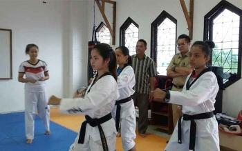 Ketua KONI Katingan Leda Almukhsid menyaksikan atlet taekwondo asal daerahnya yang bakal mengikuti PON Jabar 2016 ( DOK.BORNEONEWS )