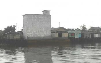 Bangunan sarang butung walet di bantaran Sungai Kapuas