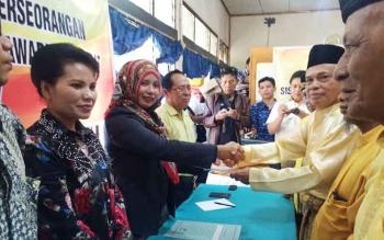 Ketua KPU Kabupaten Kobar, Siti Wahidah saat menerima berkas dukungan KTP dari perwakilan pasangan Balon Bupati dan Wabup Kobar 2017, Desi Hercules dan Gusti Awaluddin di kantor KPU Kobar, Rabu (10/8/2016).