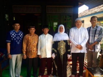 Foto Bersama : (dari kanan) Comunity Development Officer PT GSDI-GSYM Suryono, Administratur PT GSDI-GSIP Wahyu Medici Ritonga, berfoto bersama dengan Amir Hamzah (empat kanan) dan sang istri beserta keluarga di kediamannya, Kelurahan Baru Pangkalan Bun s