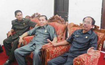 Anggota Dewan Perwakilan Rakyat Daerah (DPRD) Kabupaten Gumas Heri A Junas (paling kiri) saat berbincang dengan ketua DPRD Gumer dan Wakil Ketua DPRD Punding S Merang, beberapa waktu lalu.