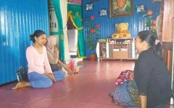 Korban kecelakaan, Anita, 15 (baju merah muda) saat bersama keluarganya. Ia mengaku masih merasakan sakit saat bicara dan menelan makanan. BORNEONEWS/FAHRUDDIN FITRIYA
