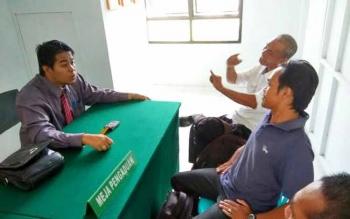 Keluarga korban menemui salah satu pengacara di Posbakum Pengadilan Negeri Pangkalan Bun. BORNEONEWS/FAHRUDDIN FITRIYA